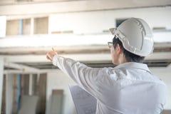 检查建造场所的工程师或建筑师 库存照片