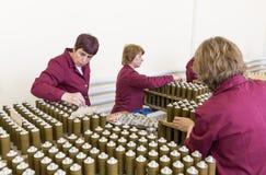 检查RPG炸药的工作者在军火工厂 库存图片