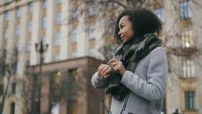 检查smartwatch和走开在univercity附近的可爱的非裔美国人的学生女孩 股票录像