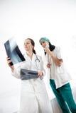 检查X-射线图象的医生 库存照片