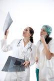 检查X-射线图象的医生 免版税库存图片