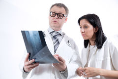 检查X-射线图象的医生 库存图片