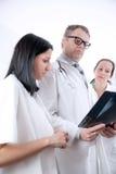 检查X-射线图象的医生 免版税库存照片