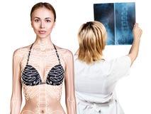 检查X-射线的放射学家妇女在患者附近 库存图片