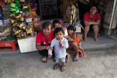 棉兰,印度尼西亚- 8月18,2012 :妇女和孩子坐 免版税图库摄影