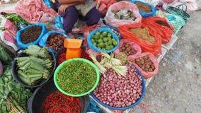 棉兰,印度尼西亚- 9月16,2017 :村民带来蔬菜和水果等等 卖在义卖市场在棉兰,印度尼西亚 免版税库存图片