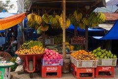 棉兰,印度尼西亚- 9月16,2017 :村民带来蔬菜和水果等等 卖在义卖市场在棉兰,印度尼西亚 库存照片