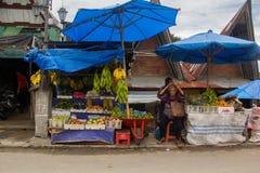 棉兰,印度尼西亚- 9月16,2017 :村民带来蔬菜和水果等等 卖在义卖市场在棉兰,印度尼西亚 图库摄影