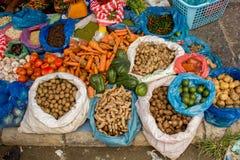 棉兰,印度尼西亚- 9月16,2017 :村民带来蔬菜和水果等等 卖在义卖市场在棉兰,印度尼西亚 库存图片