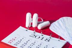 棉塞、每日划线员和日历 库存照片