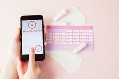棉塞,女性,月经带重要天,女性日历,止痛药片在桃红色背景的月经时 库存图片