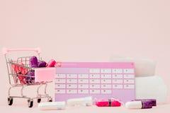 棉塞,女性,月经带重要天,女性日历,止痛药片在桃红色背景的月经时 库存照片