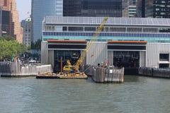 棉缎海岛轮渡纽约的码头从哈得逊河的 库存照片