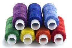 棉花卷轴在彩虹颜色,孤立穿线 免版税库存照片