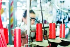 棉花卷轴在纺织品工厂 库存照片