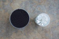 棉花在另外大小控制块的耳朵棍子 免版税图库摄影