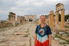 棉花堡、代尼兹利、土耳其和一白年轻女人的一个经典古色古香的希腊剧院嬉皮礼服的 库存图片