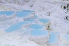 棉花堡白色石灰华石灰石大阳台和水池,土耳其人 库存照片