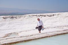 棉花堡,土耳其- 2015年9月13日:未认出的游人沿石灰华去 它是科教文组织世界遗产站点 免版税库存图片