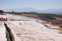 棉花堡,土耳其- 2015年9月13日:游人在棉花堡看待与水池的石灰华和大阳台 棉花堡是包括 库存照片