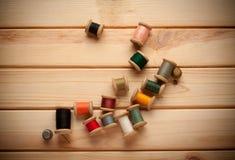 棉花工具箱针缝合的顶针 剪刀,有螺纹的片盘和 免版税图库摄影