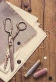 棉花工具箱针缝合的顶针 剪刀,有螺纹的片盘和 库存照片
