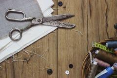 棉花工具箱针缝合的顶针 剪刀,有螺纹的片盘和 免版税库存图片