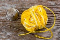 棉花工具箱针缝合的顶针 免版税库存照片