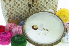 棉花工具箱针缝合的顶针 库存照片