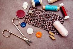 棉花工具箱针缝合的顶针 免版税库存图片