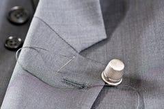 棉花工具箱针缝合的顶针 图库摄影