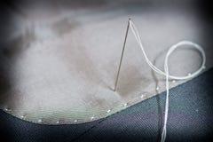 棉花工具箱针缝合的顶针 库存图片