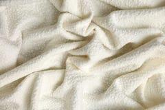 棉花毯子有有趣的纹理的和不规则地弄皱用一个相当艺术性的方式 免版税库存照片