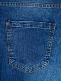 棉花牛仔布详细资料织品牛仔裤纹理 牛仔裤的后面口袋 免版税库存图片