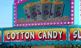 棉花糖和玉米花站立在狂欢节 免版税库存图片