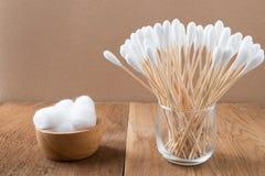 棉花芽木棍子或棉花棒 免版税图库摄影