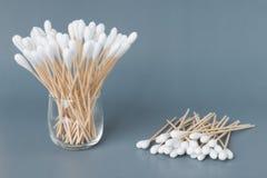 棉花芽木棍子或棉花棒 免版税库存照片