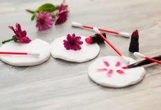 棉花衬里和拖把、棉花外缘、海绵、大块与花的背景卡片和瓣 免版税图库摄影