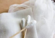 棉花,但是与绷带伤口敷料 库存照片