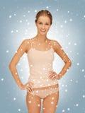 棉花undrewear的美丽的妇女与雪 免版税库存图片
