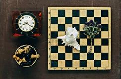 棋、时钟和贝壳 免版税库存照片