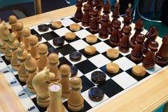棋和验查员在船上 免版税库存图片