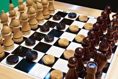 棋和验查员在船上 免版税库存照片