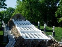棋喷泉和雕象在Peterhof公园  库存照片