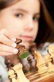 棋女孩使用的一点 免版税库存照片