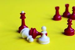 棋女王/王后 战略比赛 红色和白色片断 免版税图库摄影
