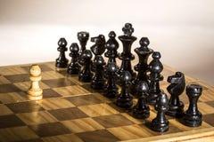 棋子和比赛板特写镜头 免版税库存图片