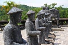 棋战士和大象,石雕塑 图库摄影