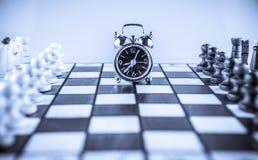 棋战斗和时钟 库存图片