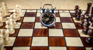 棋战斗和时钟 免版税图库摄影